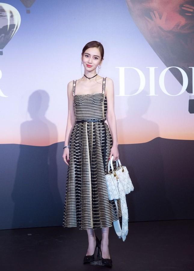 Lần đầu tiên thảm đỏ C-Biz có nữ nghệ sĩ khiến fan nhìn mà thấy tiếc cho bộ váy Dior ảnh 5