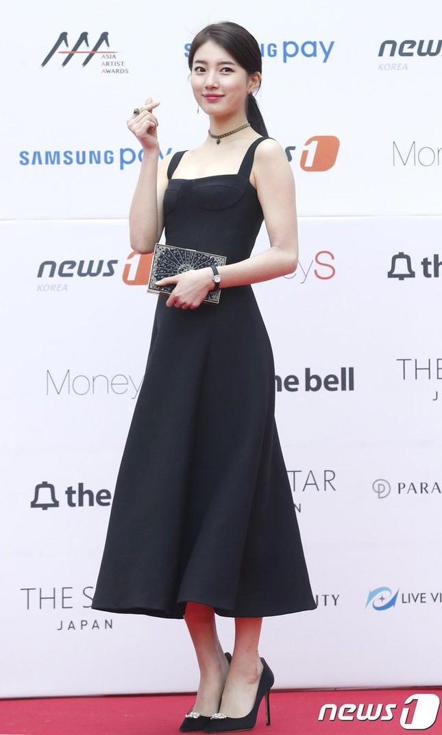 Lần đầu tiên thảm đỏ C-Biz có nữ nghệ sĩ khiến fan nhìn mà thấy tiếc cho bộ váy Dior ảnh 7