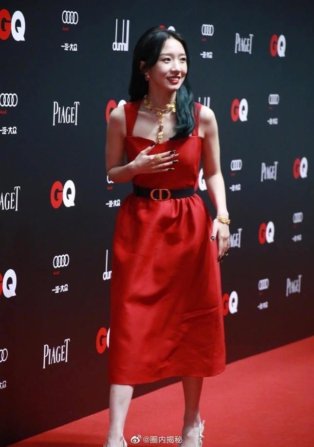 Lần đầu tiên thảm đỏ C-Biz có nữ nghệ sĩ khiến fan nhìn mà thấy tiếc cho bộ váy Dior ảnh 1