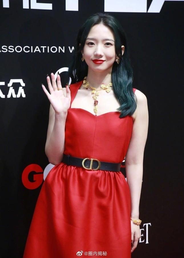 Lần đầu tiên thảm đỏ C-Biz có nữ nghệ sĩ khiến fan nhìn mà thấy tiếc cho bộ váy Dior ảnh 2