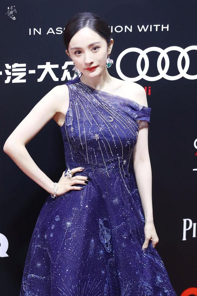 """Đến Dương Mịch cũng có ngày sụt giảm phong độ: Từ váy áo đến trang điểm đều """"hết hồn"""" ảnh 1"""