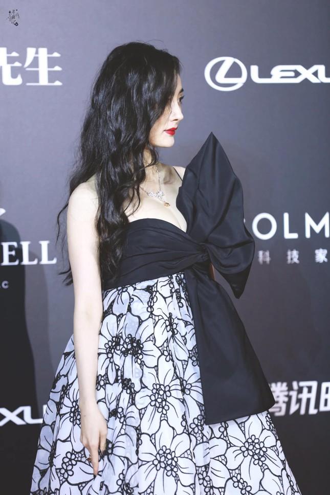 """Đến Dương Mịch cũng có ngày sụt giảm phong độ: Từ váy áo đến trang điểm đều """"hết hồn"""" ảnh 3"""