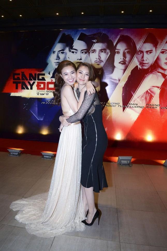 """Trước """"sự cố hàng ghế đầu"""", Linh Chi từng bị netizen khó chịu vì """"ké fame"""" Lan Ngọc? ảnh 1"""