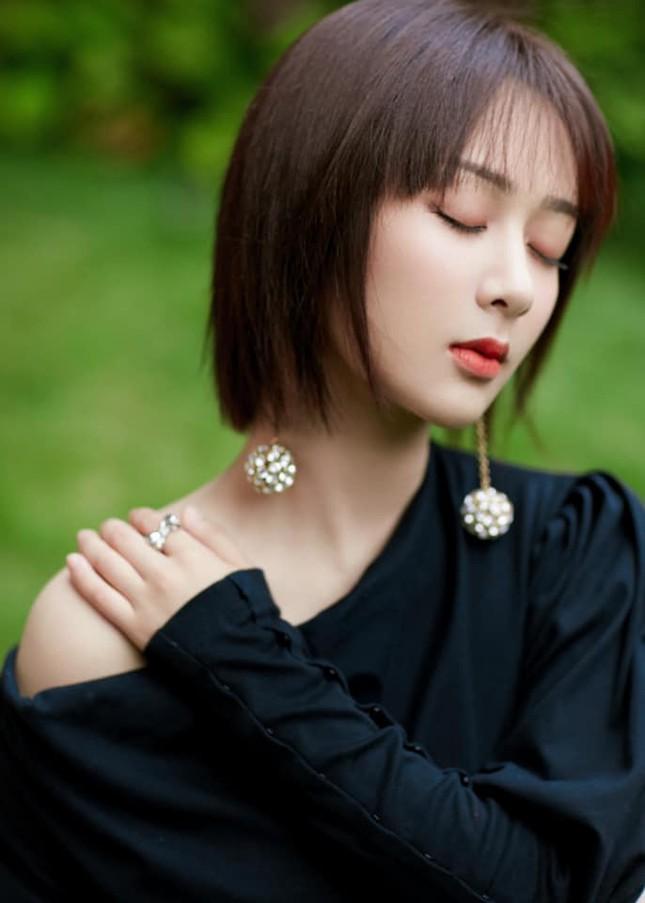 Sau khi bị chê vì mặc váy hở vai, Dương Tử đã ngại ngần đến mức phải làm việc này ảnh 3