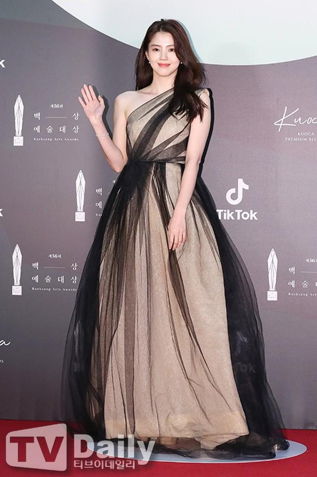 Bộ váy kỳ diệu của showbiz: Mỹ nhân nào diện cũng khiến netizen thán phục vì quá đẹp ảnh 3