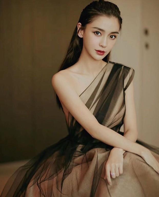 Bộ váy kỳ diệu của showbiz: Mỹ nhân nào diện cũng khiến netizen thán phục vì quá đẹp ảnh 6