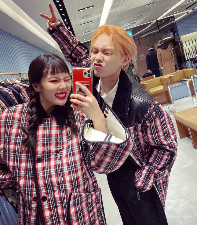 Nhìn Hyuna - E'Dawn với bộ đồ đôi nhức mắt, netizen càng thán phục stylist của BLACKPINK ảnh 1