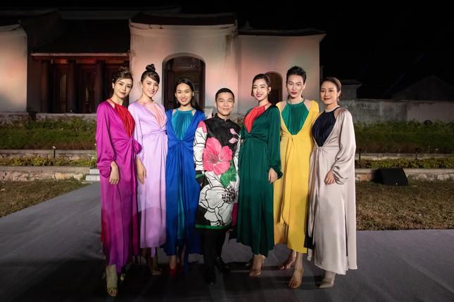 Sự thực phũ phàng sau bộ ảnh lung linh của Hoa hậu Mỹ Linh và Tiểu Vy tại Yên Tử  ảnh 5