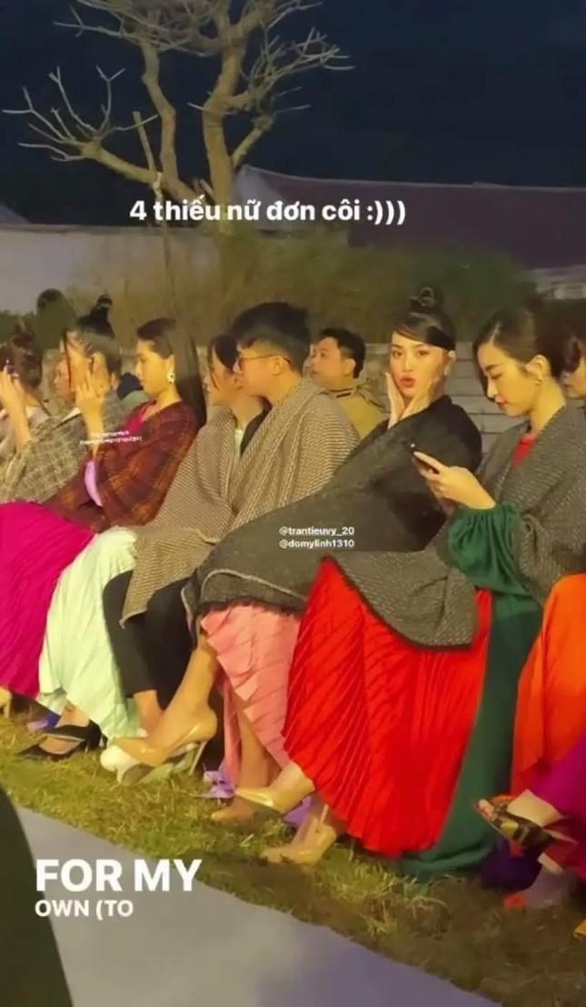 Sự thực phũ phàng sau bộ ảnh lung linh của Hoa hậu Mỹ Linh và Tiểu Vy tại Yên Tử  ảnh 4