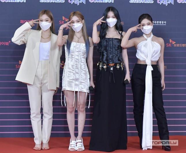 Vừa mới chê aespa mặc xấu, netizen càng sốc hơn khi biết xuất xứ trang phục của nhóm ảnh 1