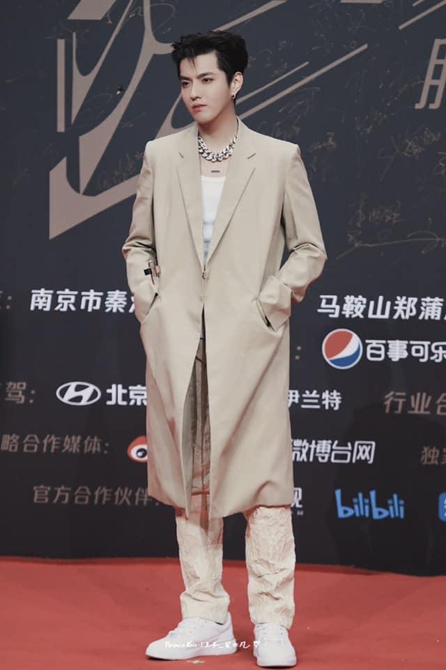 """Chưa bao giờ sao nam C-Biz mặc đồ thời trang cuốn hút đến thế ở """"Tinh Quang Đại Thưởng"""" ảnh 5"""