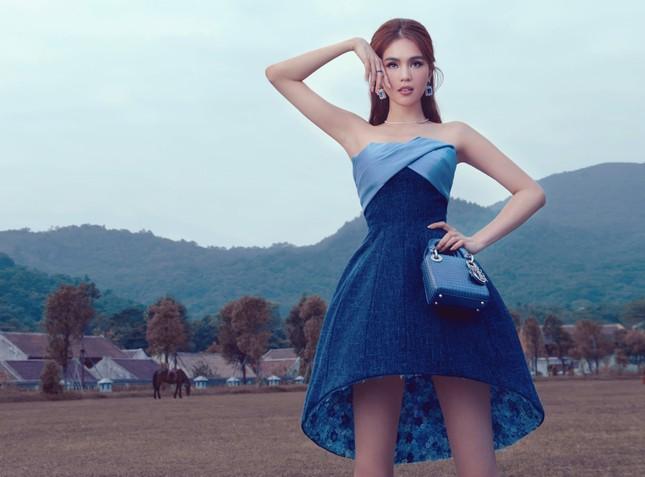 Chiếc váy thần thánh của NTK Lê Thanh Hòa: Cô gái nào mặc cũng hóa chân dài eo thon ảnh 1
