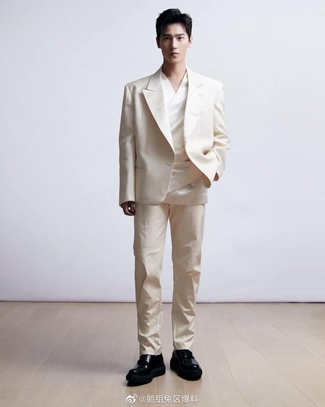 """Chưa bao giờ sao nam C-Biz mặc đồ thời trang cuốn hút đến thế ở """"Tinh Quang Đại Thưởng"""" ảnh 9"""