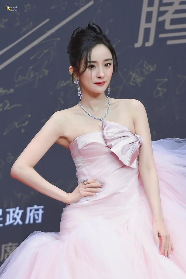 """Lai lịch gây sốc của chiếc váy hồng """"xa xỉ nhưng chẳng đẹp"""" mà Dương Mịch vừa diện ảnh 3"""