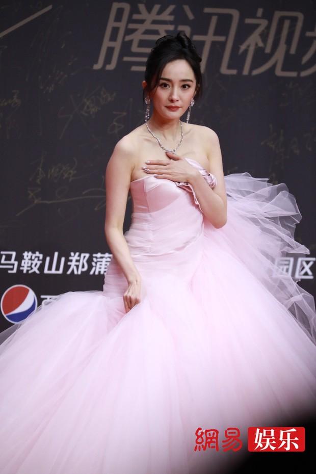 """Lai lịch gây sốc của chiếc váy hồng """"xa xỉ nhưng chẳng đẹp"""" mà Dương Mịch vừa diện ảnh 1"""
