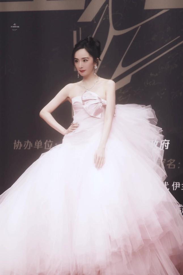 """Lai lịch gây sốc của chiếc váy hồng """"xa xỉ nhưng chẳng đẹp"""" mà Dương Mịch vừa diện ảnh 2"""
