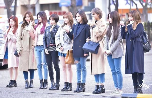 Nayeon (TWICE) năm lần bảy lượt mặc đồ một mình một kiểu, muốn chơi trội hay gì? ảnh 3