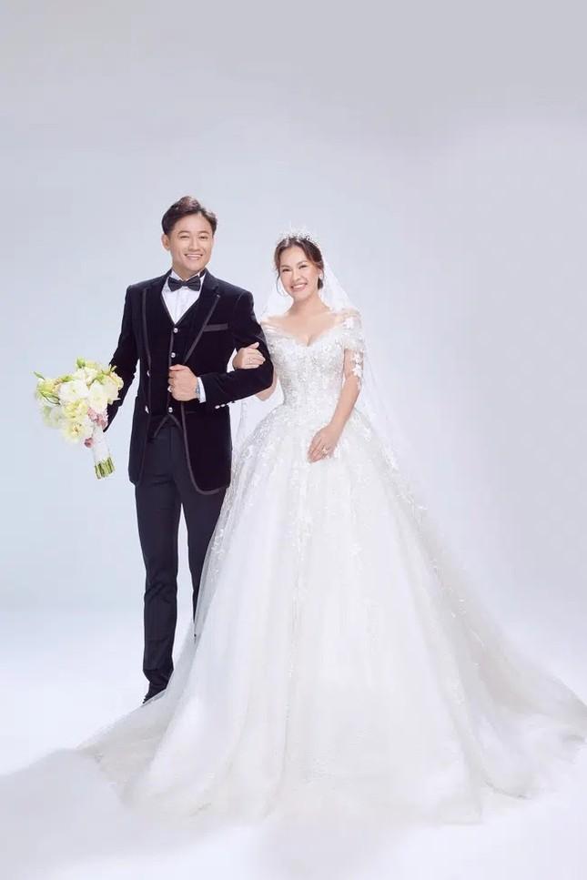 """Khoảnh khắc cầu hôn của Quý Bình bất ngờ bị netizen """"mổ xẻ"""" vì một hành động sai sai ảnh 2"""