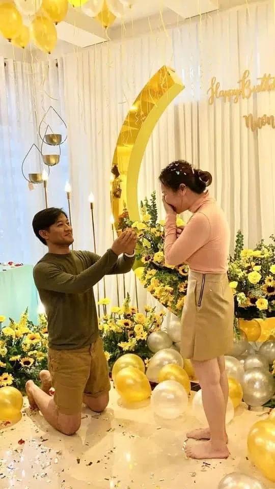 """Khoảnh khắc cầu hôn của Quý Bình bất ngờ bị netizen """"mổ xẻ"""" vì một hành động sai sai ảnh 1"""