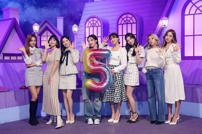 Nayeon (TWICE) năm lần bảy lượt mặc đồ một mình một kiểu, muốn chơi trội hay gì? ảnh 2