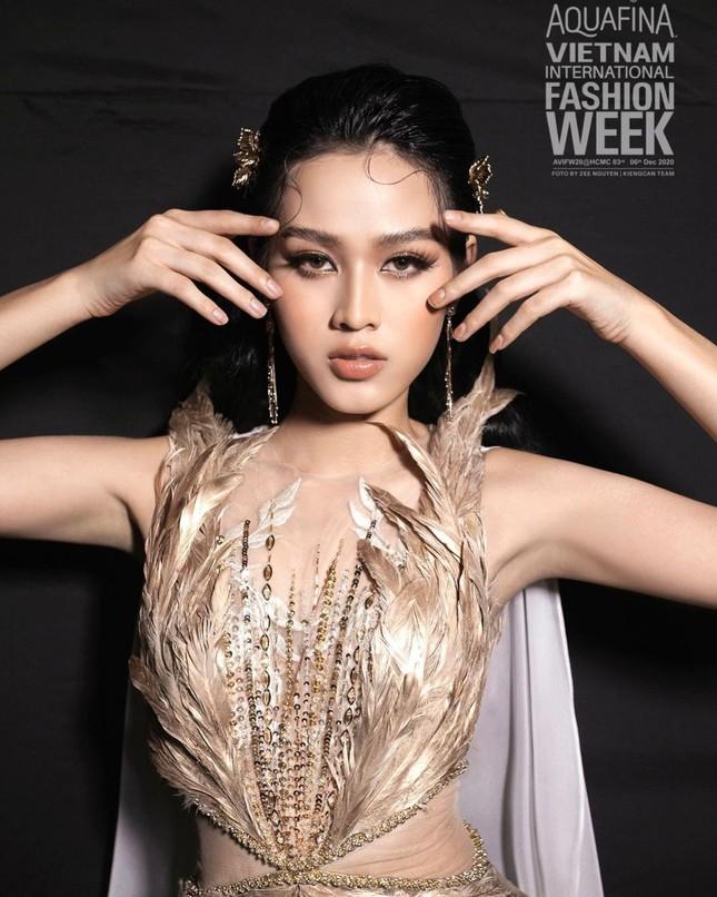 Chỉ cần đổi cách trang điểm, Hoa hậu Đỗ Thị Hà đã thăng hạng nhan sắc đến khó nhận ra ảnh 6