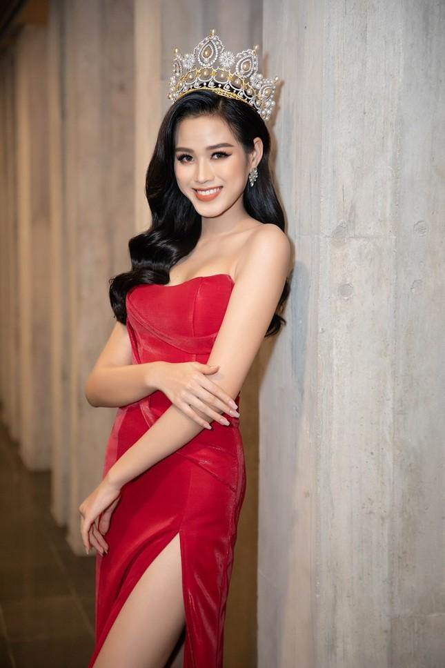Lần đầu tiên hai Hoa hậu Đỗ Thị Hà và Mỹ Linh đụng hàng: Xinh đẹp bất phân thắng bại ảnh 1