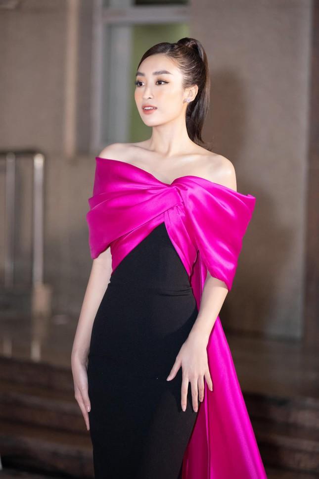 Nhìn Nam Em đụng hàng với Hoa hậu Đỗ Mỹ Linh mới thấy quan trọng vẫn là thần thái ảnh 6