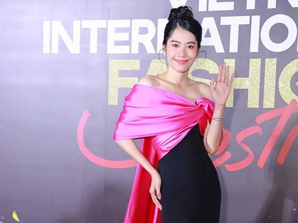 Nhìn Nam Em đụng hàng với Hoa hậu Đỗ Mỹ Linh mới thấy quan trọng vẫn là thần thái ảnh 4