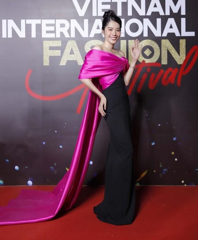 Không chỉ đụng hàng Hoa hậu Mỹ Linh, Nam Em còn đọ dáng với hai người đẹp khác ảnh 2