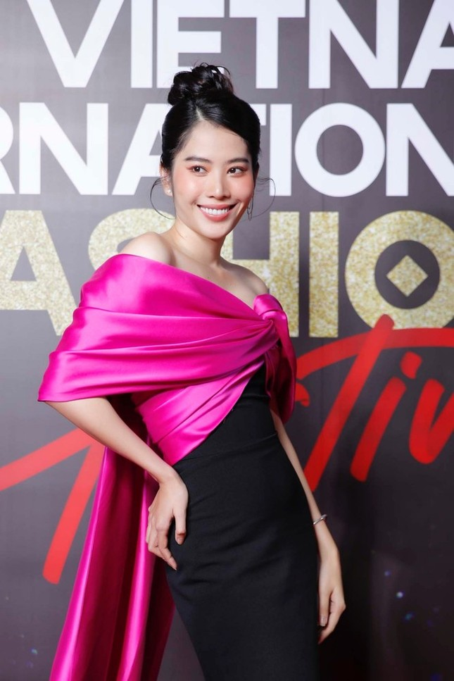 Không chỉ đụng hàng Hoa hậu Mỹ Linh, Nam Em còn đọ dáng với hai người đẹp khác ảnh 1