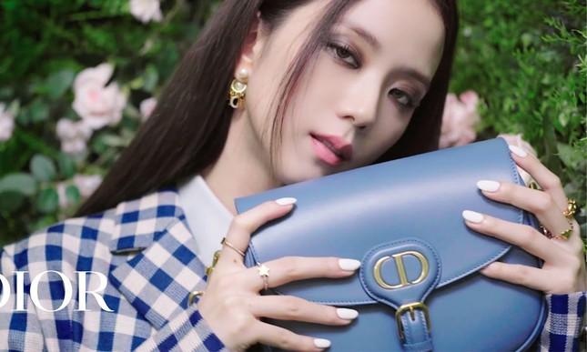 """Không hổ danh """"idol xinh như Hoa hậu"""", Jisoo cứ trang điểm mắt khói lại đẹp hút hồn ảnh 7"""
