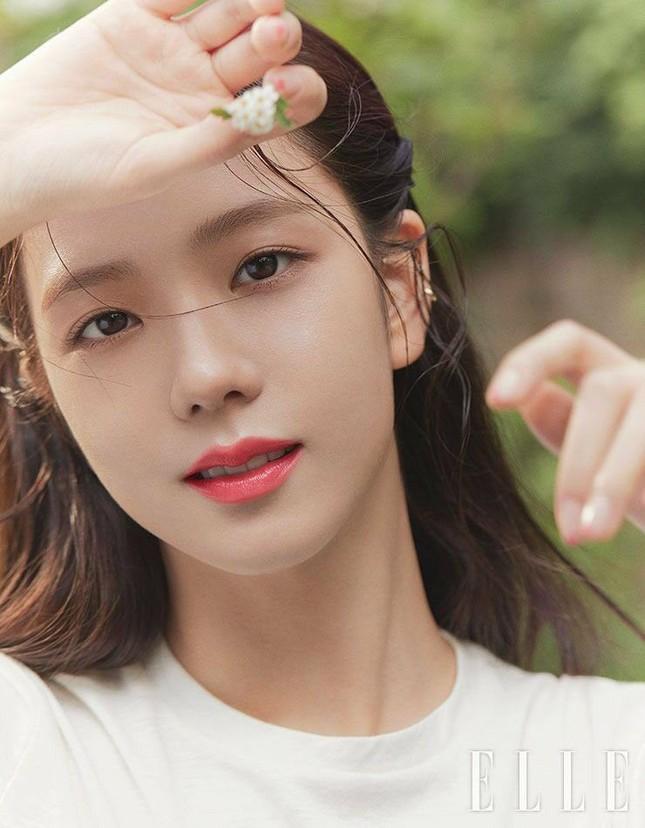 """Không hổ danh """"idol xinh như Hoa hậu"""", Jisoo cứ trang điểm mắt khói lại đẹp hút hồn ảnh 1"""