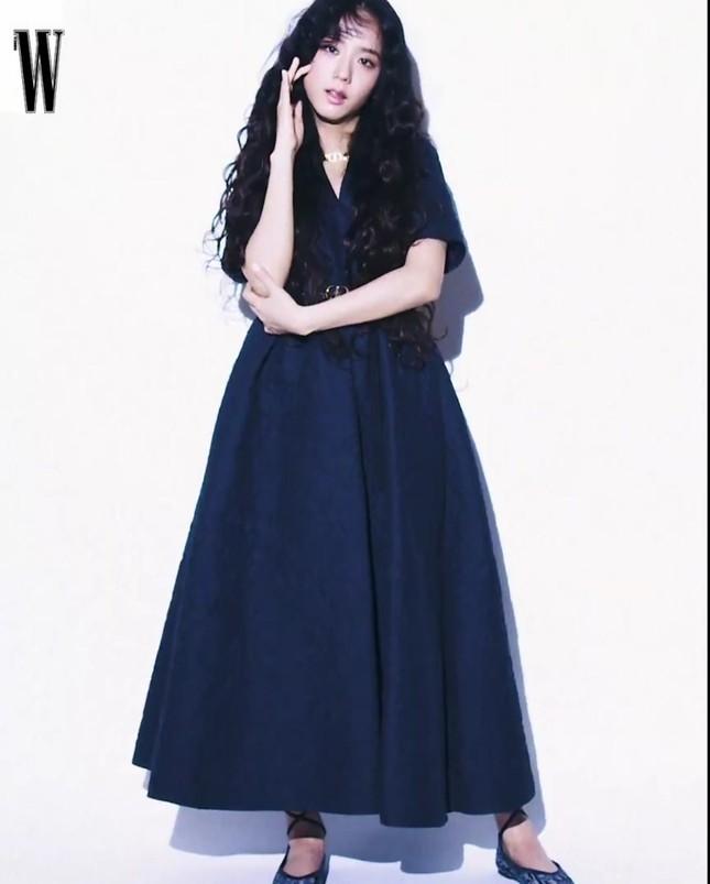 Cùng mặc bộ váy xanh thanh nhã, Triệu Lệ Dĩnh sang chảnh còn Jisoo lại phóng khoáng ảnh 5