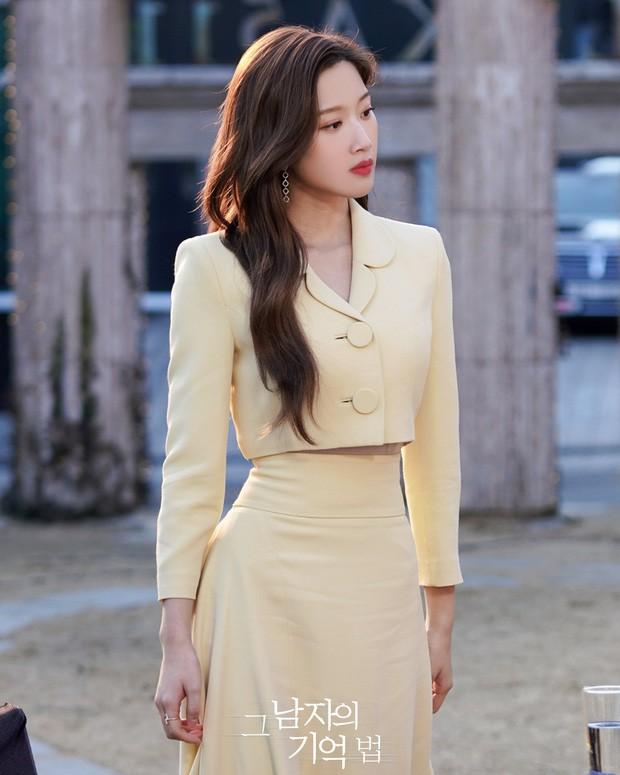"""Váy cạp cao khoe eo thon như Seo Ye Ji đang thành """"chân ái"""" của hàng loạt sao châu Á ảnh 3"""