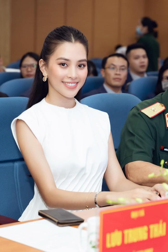Ngắm Tiểu Vy mới lạ với tóc ngắn, chợt nhận ra chưa kiểu tóc nào làm khó được Hoa hậu ảnh 8
