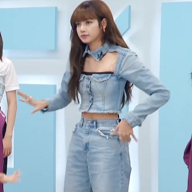 """Mặc đồ, làm tóc giống hệt """"cô giáo"""" Lisa nhưng vì sao An Kỳ (THE9) lại bị chê thẳng thừng? ảnh 2"""