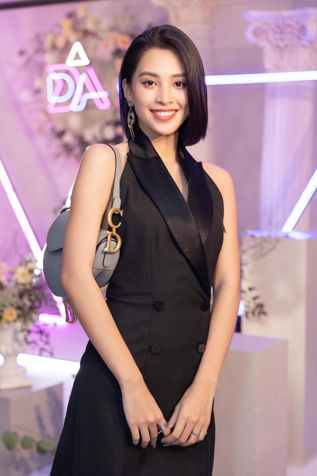 """Hoa hậu Tiểu Vy cắt tóc ngắn, diện chiếc váy """"quen quen"""" khiến netizen lại rộ lên so sánh ảnh 1"""