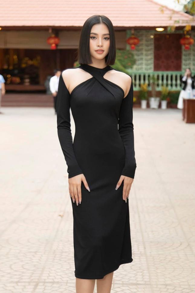 """Hoa hậu Tiểu Vy cắt tóc ngắn, diện chiếc váy """"quen quen"""" khiến netizen lại rộ lên so sánh ảnh 3"""