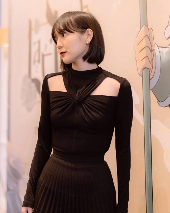 """Hoa hậu Tiểu Vy cắt tóc ngắn, diện chiếc váy """"quen quen"""" khiến netizen lại rộ lên so sánh ảnh 5"""