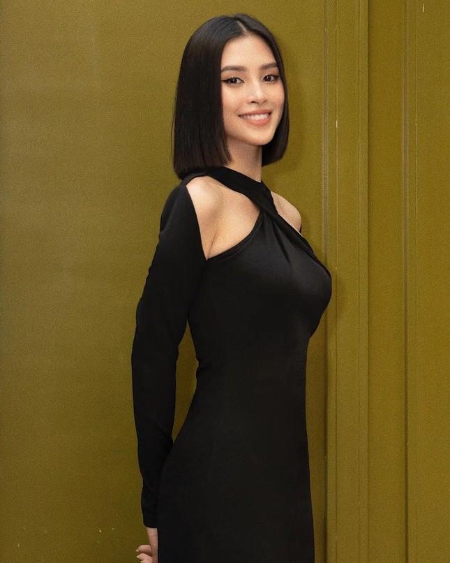 """Hoa hậu Tiểu Vy cắt tóc ngắn, diện chiếc váy """"quen quen"""" khiến netizen lại rộ lên so sánh ảnh 2"""