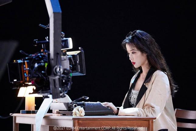 """IU thay tới 11 bộ đồ trong MV """"Celebrity"""": Đơn giản mà cực chất, học theo không khó! ảnh 6"""