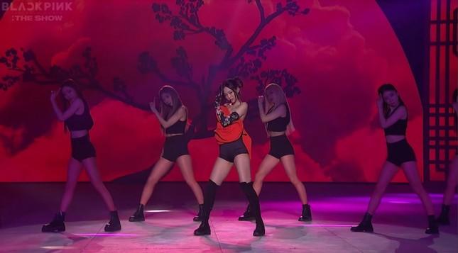 Ngắm Jennie trong concert The Show: Tạo hình hoa hồng có gì đặc biệt mà netizen phát sốt? ảnh 7