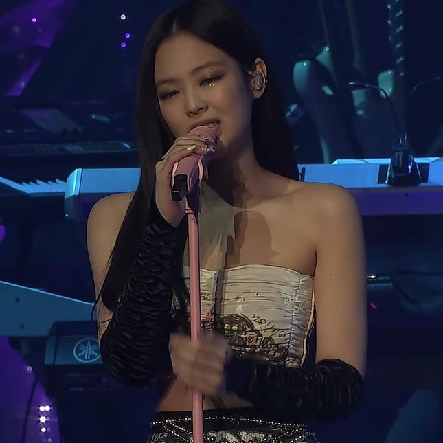 Ngắm Jennie trong concert The Show: Tạo hình hoa hồng có gì đặc biệt mà netizen phát sốt? ảnh 2