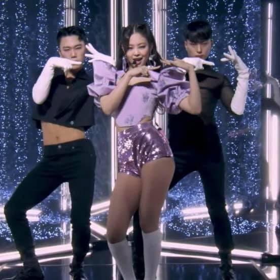 Ngắm Jennie trong concert The Show: Tạo hình hoa hồng có gì đặc biệt mà netizen phát sốt? ảnh 5