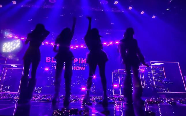 BLACKPINK diện toàn đồ đẹp trong concert The Show nhưng vẫn có một bộ khiến netizen khó cảm ảnh 1