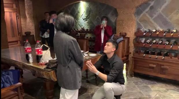 Diễn viên Huỳnh Anh cầu hôn bạn gái hơn tuổi nhưng bất ngờ nhất là khung cảnh xung quanh ảnh 2