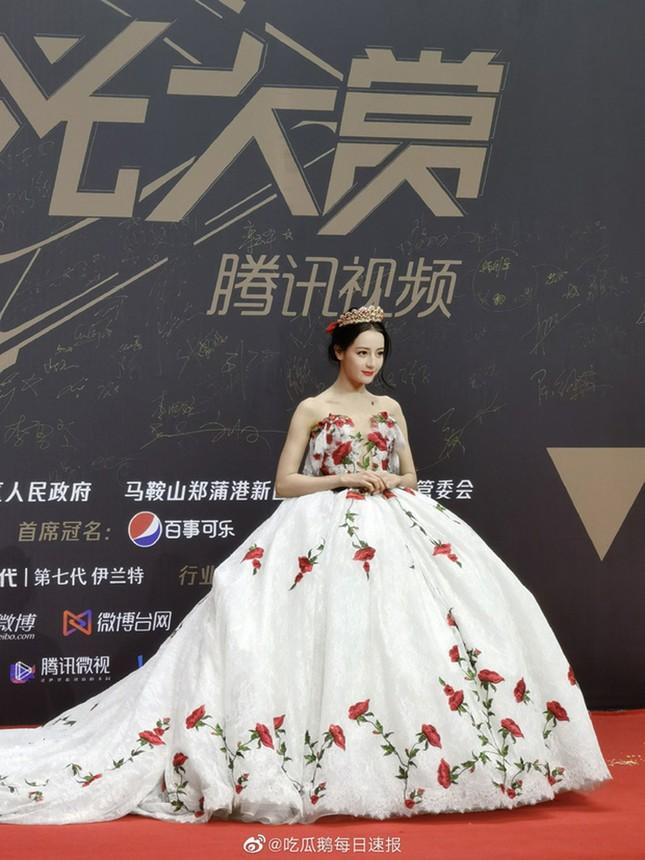 Sau màn diện sneaker dưới váy công chúa, Địch Lệ Nhiệt Ba lại khoe quần nỉ mặc cùng váy đón Xuân ảnh 1