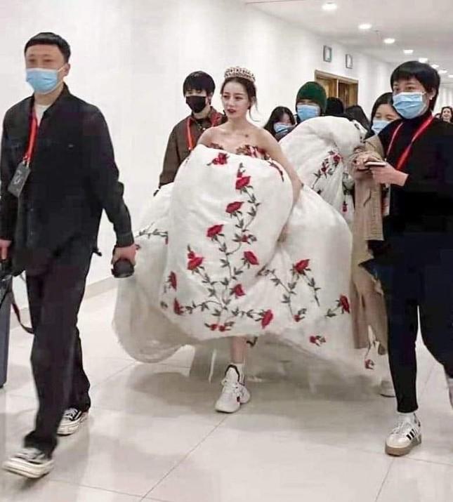 Sau màn diện sneaker dưới váy công chúa, Địch Lệ Nhiệt Ba lại khoe quần nỉ mặc cùng váy đón Xuân ảnh 2