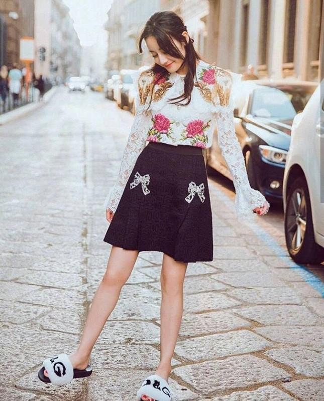 Sau màn diện sneaker dưới váy công chúa, Địch Lệ Nhiệt Ba lại khoe quần nỉ mặc cùng váy đón Xuân ảnh 7