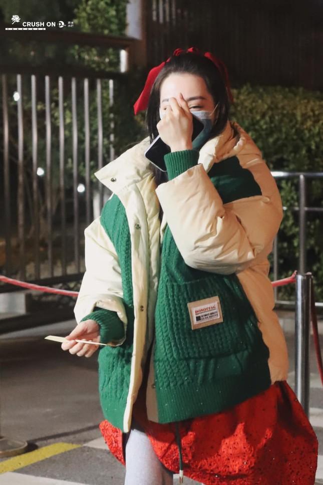 Sau màn diện sneaker dưới váy công chúa, Địch Lệ Nhiệt Ba lại khoe quần nỉ mặc cùng váy đón Xuân ảnh 5